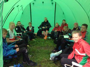 Ungdommene fra Larvik OK i teltet før start på Midtsommerløpet søndag 2013-06-16