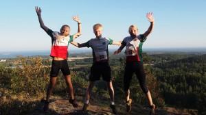 Tre glade vinnere i hver sin klasse: Andrine Harriet Fremstad (D-16), Tobias Kristensen (H-16) og Karina Nordrum Stokkenes (D17). Tomas Bereket som vant H17 hadde ruslet ned fra målområdet da bildet ble tatt.