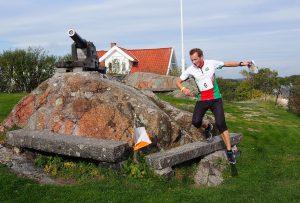 Lars Ole Engebakken i luftig hopp inn mot posten oppe ved Tordenskiold-statuen.