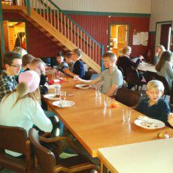 Servering av middag på klubbhuset