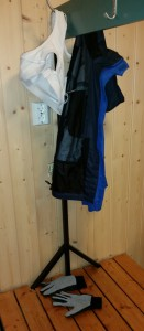Henger i garderoben på klubbhuset.