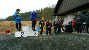 Ikke alle løperne i H11-12 ble stående etter premieutdelingen. Vinneren, Theodor fra Sandefjord, hadde ikke ro på seg og hoppet ned fra pallen. LOKs Henrik tok en flott 6.-plass.